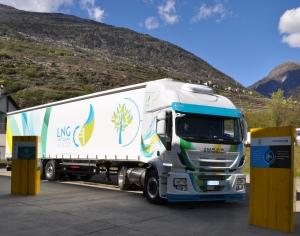 Un camion del Gruppo Maganetti con i loghi del progetto LNG Valtellina